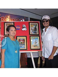 Carlo J. Caparas with her patron, Mrs. Gloria Arroyo (photo from the pep.ph)