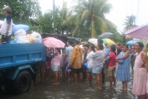Ondoy victims in Pila, Laguna receive relief goods from volunteers of the Bayan's Bayanihan Alay sa Sambayanan (BALSA)