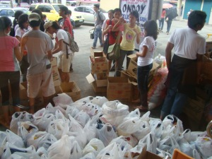 Youth groups under the Serve the People Brigade join relief efforts for Ondoy victims in Laguna (photo from Kabataan party-list - Southern Tagalog)